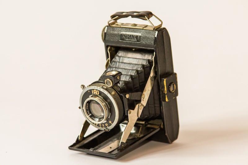 Antieke camera schuin vooraanzicht